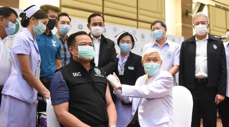 """""""อนุทิน ชาญวีรกูล"""" รับวัคซีคโควิด-19 เข็มแรกของประเทศไทย นายกรัฐมนตรีร่วมสังเกตการณ์และให้กำลังใจ"""